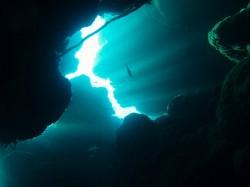 知志 洞窟に差し込む光のシャワー