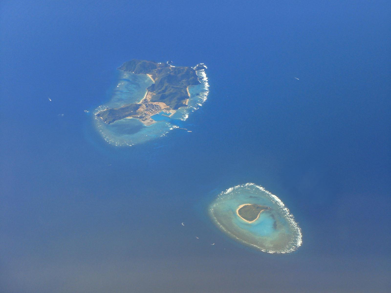 左 渡名喜島 右 入砂島  そんな中 代表的なポイントをご紹介しましょう。 まずは「アンジェーラ